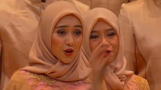 Un cor indonesi o nord-americà cantant una sardana a Cantonigròs