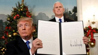 Trump mostra la proclamació de Jerusalem com a capital d'Israel, mentre el vicepresident, Mike Pence, somriu al darrere (Reuters)
