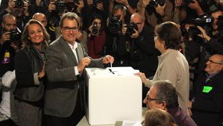 Artur Mas votant amb la seva dona a la consulta del 9N (ACN)
