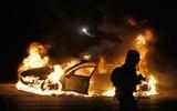 Un cotxe de policia crema a Ferguson. (Foto: Reuters)