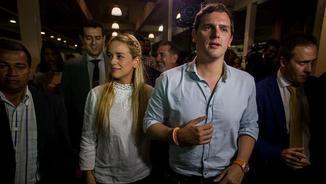 Rivera ha estat rebut a l'aeroport de Caracas per l'ambaixador espanyol i Lilian Tintori, la dona de l'opositor empresonat Leopoldo López