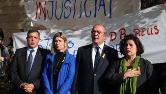 """L'alcalde i els regidors de Reus cantant """"Els segadors"""", a la sortida dels jutjats (ACN)"""