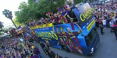 L'autocar del Barça, envoltat de seguidors, en la rua de celebració del títol de Lliga.