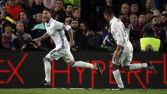 Sergio Ramos celebra el seu gol a l'últim minut al Camp Nou (EFE)