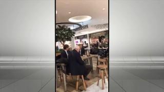 Un home suggereix a Puigdemont que faci un petó a una bandera espanyola