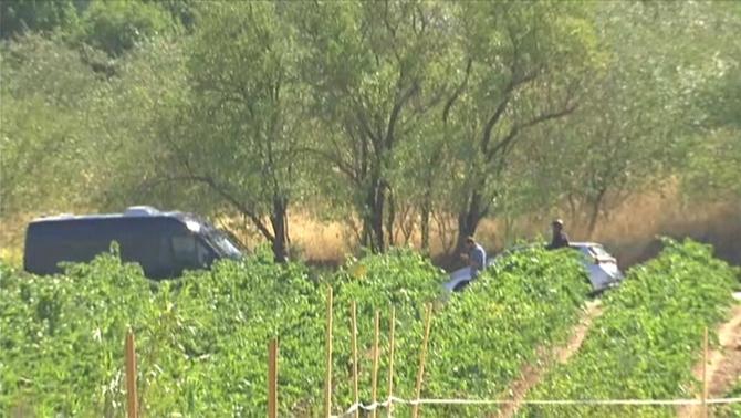Els Mossos inspeccionen la zona de Subirats on han abatut una persona i en busquen una altra