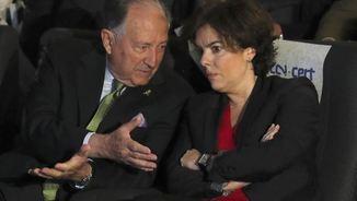 Soraya Sáenz de Santamaría escoltant el director del CNI, Fèlix Roldán, durant la inauguració de les jornades sobre ciberseguretat, a Madrid (EFE)