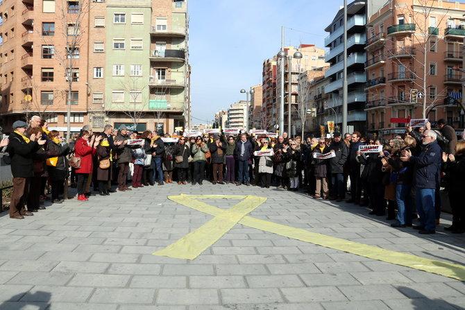 """Despleguen un gran llaç groc davant de la seu d'Òmnium a Lleida en suport dels """"presos """"polítics"""" i del """"Govern legítim"""""""