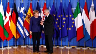La cancellera alemanya, Angela Merkel, saluda el president de la Comissió Europea, Jean-Claude Juncker, abans d'entrar a la cimera (Reuters)