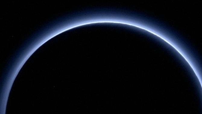 """La nau """"New Horizons"""" mostra la boirina blava a l'atmosfera de Plutó"""