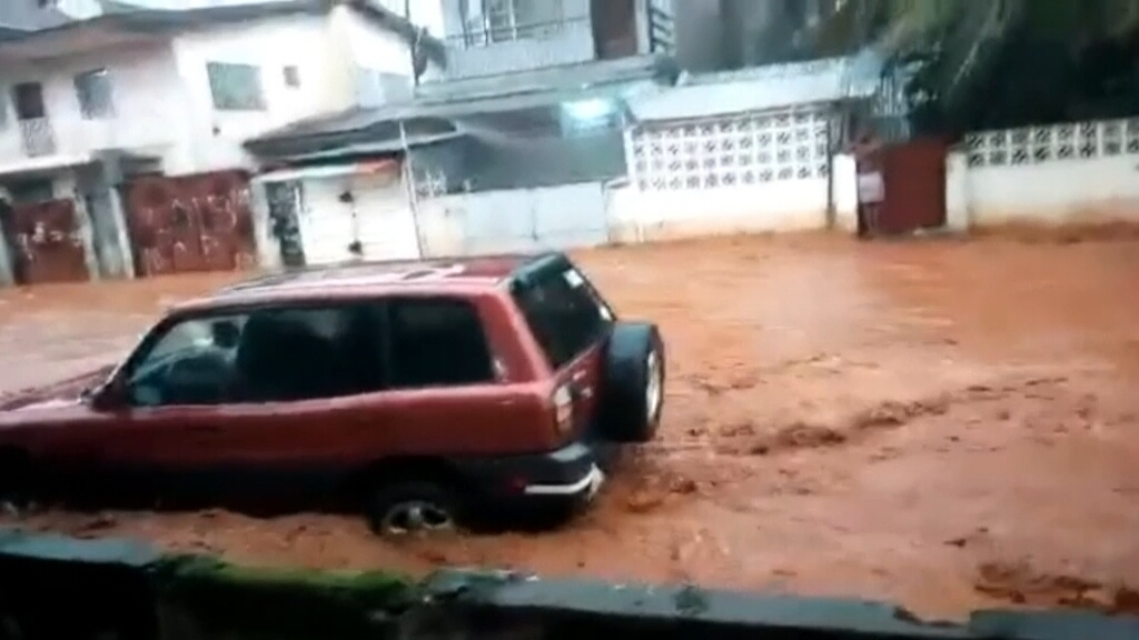 Els carrers de Sierra Leone han quedat inundats d'aigua i fang