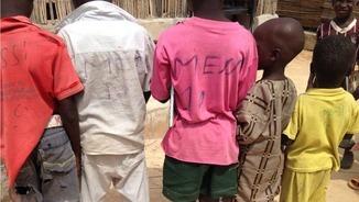 Nens del camp de desplaçats de Bakassi amb samarretes on han escrit el nom de Messi