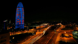 La Torre Glòries il·luminada en suport a la candidatura de Barcelona per acollir l'EMA (Reuters)