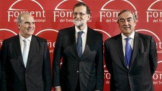 El president espanyol, Mariano Rajoy, amb el president de Foment del Treball, Joaquim Gay de Montellá i el president de la CEOE, Joan Rosell (EFE)