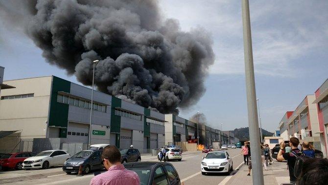 Incendi en una nau de productes de neteja d'un polígon de Cervelló
