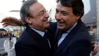 Ignacio González abraça el president del Reial Madrid, Florentino Pérez, en una imatge d'arxiu (Reuters)