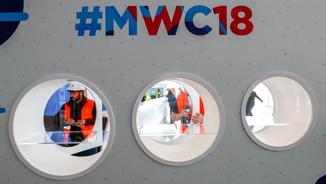 Imatge d'uns operaris treballant al MWC
