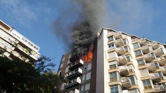 Un mort en l'incendi en un edifici al districte de Sarrià-Sant Gervasi de Barcelona