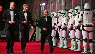 Els prínceps Guillem i Enric arribant al famós Royal Albert Hall per assistir a la preestrena (Reuters)