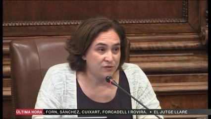 Ada Colau interromp el ple de l'Ajuntament de Barcelona per mostrar l'afecte als companys d'ERC al ple