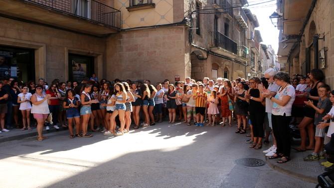 Més de 200 persones fan un minut de silenci a Solsona per lamentar la mort d'un menor a prop de la Cala Montjoi