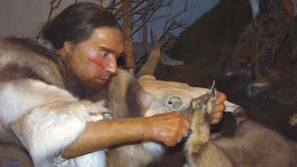 Neandertal treballant una pell (Wikimedia commons)