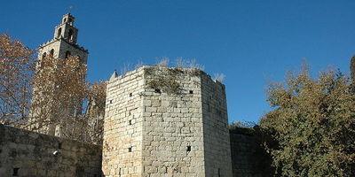 Tres ferits lleus en estavellar-se el seu cotxe contra la muralla del monestir de Sant Cugat del Vallès