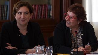 Ada Colau i Dolors Bassa, durant la reunió del comitè d'acollida dels refugiats (EFE)