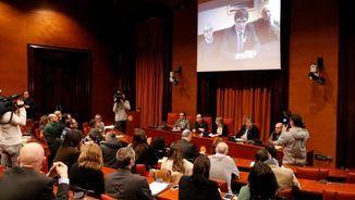 Carles Puigdemont dirigint-se per videoconferència als assistents a la reunió del grup parlamentari de JxCat (ACN)