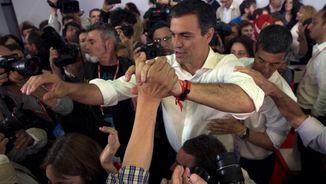 Sánchez celebrant el triomf a les primàries (Reuters)