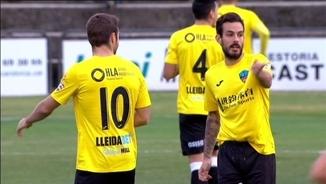 Els jugadors del Lleida al camp de l'Olot
