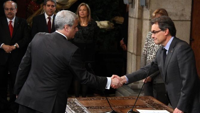 Encaixada de mans entre Gordó i Mas, el dia que el primer va accedir a la conselleria de Justícia, el 2012 (ACN)