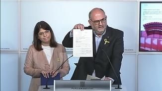 El portaveu de JxCat Eduard Pujol mostrant l'acta de diputat de Puigdemont