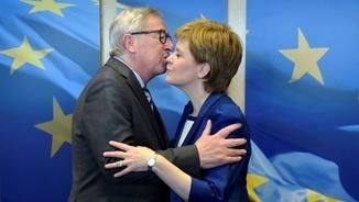 El president de la Comissió Europea, Jean-Claude Jucker, amb la primera ministra escocesa, Nicola Sturgeon (Reuters)