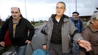 Troitiño, a la dreta, sortint de la presó corunyesa de Teixeiro