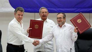 El president de Colòmbia i el líder de les FARC es saluden després de signat l'acord de pau