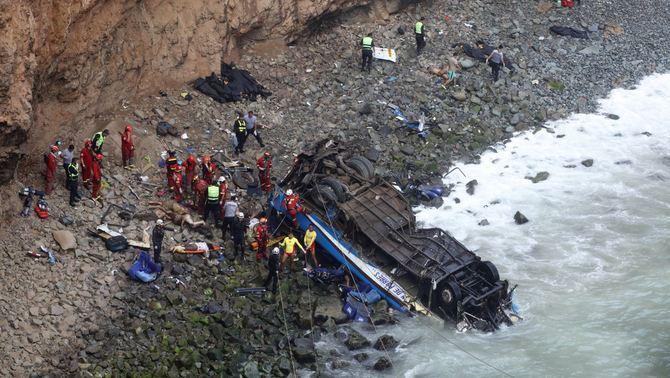 Almenys 48 morts al Perú quan un autocar ha caigut per un penya-segat