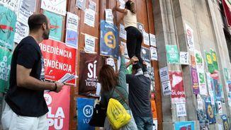 Enganxant cartells del referèndum de l'1 d'octubre (ACN)