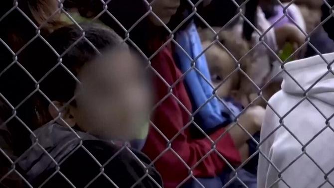 Els plors i la desesperació dels nens migrants separats dels pares als EUA