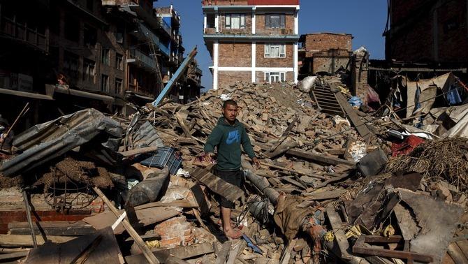 Troben un centenar de cossos enterrats per una allau provocada pel terratrèmol del Nepal