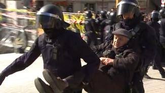 Els Mossos han desallotjat un per un els manifestants