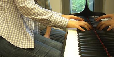 La veïna diu que les pràctiques de piano li han causat danys psicològics.