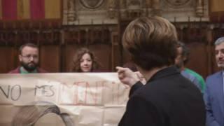 Ada Colau, interrompuda per una protesta de dos treballadors del consistori