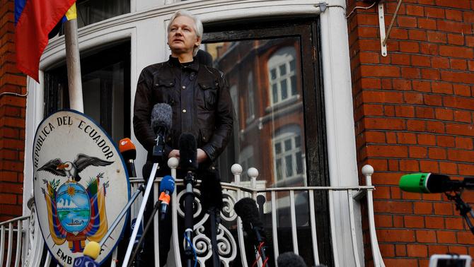 L'Equador manté l'asil a Assange i li torna a demanar que no parli del tema català