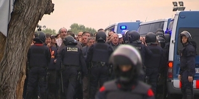 Tensió i enfrontaments a les portes de Panrico a Santa Perpètua quan els Mossos han retirat les barricades que en bloquejaven l'accés