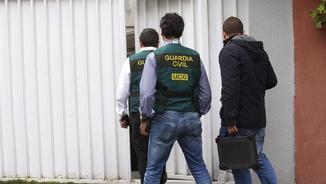 Agents de la unitat de delictes econòmics de la Guàrdia Civil entren a casa de Mario Conde
