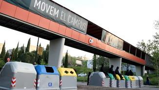 Estudiants en una barricada amb contenidors que bloqueja un dels accessos al campus de la UAB (ACN)