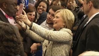 "Clinton es fa una ""selfie"" per celebrar la victòria a Carolina del Sud"