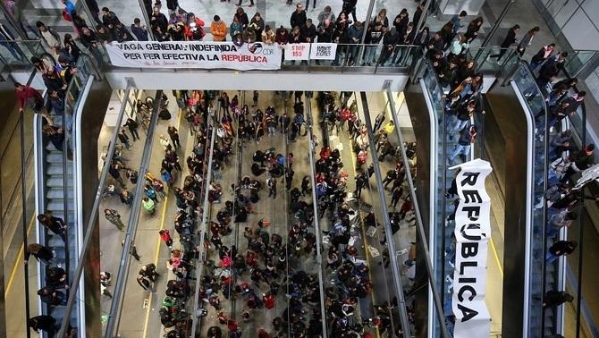 Els manifestants van ocupar durant tot el dia l'estació de l'AVE a Girona (Reuters)