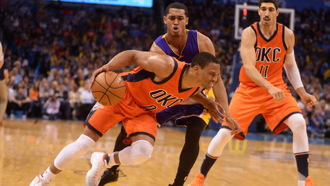 Russell Westbrook supera la defensa de Jordan Clarkson, dels Lakers (Reuters)